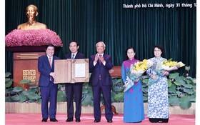 國會副主席汪周琉向市領導頒授國會常務委員會有關成立守德市的《決議》