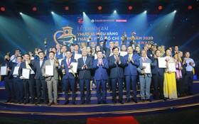 市領導與30家金品牌企業代表合影。
