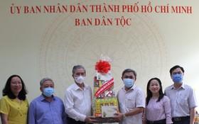 市人委會副主席吳明州(左三)向該處贈送春節禮物。