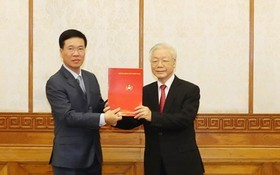 黨中央總書記、國家主席阮富仲給武文賞同志頒授《決定》。