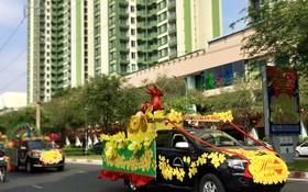 花車在鴻龐街上參加宣傳。
