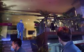 醫護人員來到第一郡濱城坊某酒店。