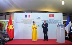 尼古拉斯•沃納裡大使向阮氏芳草女士頒授法國國家榮譽勳位勳章。