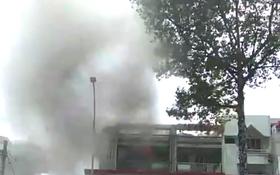 商店冒出濃煙。