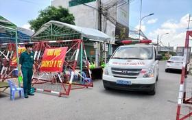 醫護車在平陽省進行追踪新冠病例。