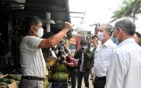 市人委會副主席吳明珠於5月6日在福門集散市場檢查防疫工作。