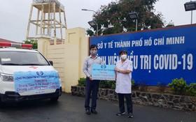 萬春公司經理傅志方(左)向芹耶縣醫療中心主任段玉惠移交救護車。
