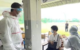 中國駐本市總領事吳駿(左一)關心中國同胞接種疫苗。
