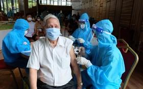 為第七郡民眾接種新冠疫苗。