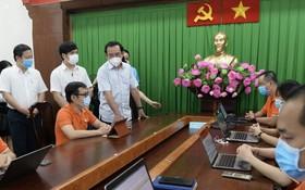 市委書記阮文年視察重啟經濟與抗疫指揮中心的運作。