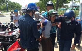 公安制服一名劫匪。