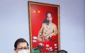 """市商會副會長阮福興轉授""""競賽戰士""""稱號給杭慰瑤先生(右)。"""