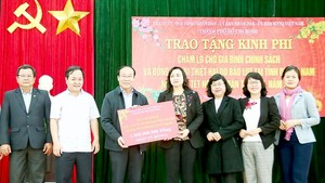 Ms. Phan Thi Thang gives gifts to poor people in Quang Nam (Photo: SGGP)