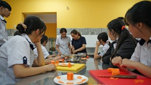 Students of a vocational training facility  are learning cooking class(Photo: SGGP)