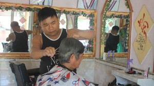 Le Minh Tan give free haircuts to the elderly (Photo: SGGP)