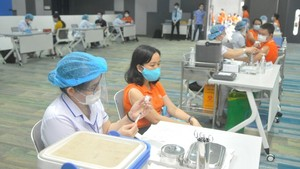 HCMC's largest-ever Covid-19 vaccination drive starts with 500 employees