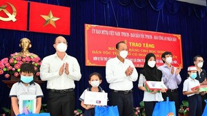 Poor ethnic minority students in HCMC given tablet computers