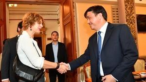 Deputy Chairman of Ho Chi Minh City People's Committee Mr. Le Hoa Binh and Ms. Elsbeth Akkerman, Dutch Ambassador to Vietnam ( Photo: SGGP/ Viet Dung)