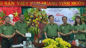 Senior Lieutenant General Nguyen Van Son, Deputy Minister of Public Security visits and congratulates medical staff of Hospital 199 on the occasion of the 66th anniversary of Vietnamese Doctors' Day.