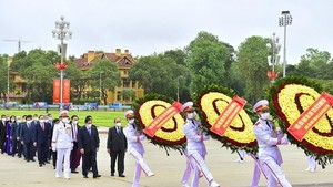 Party, State leaders visit President Ho Chi Minh's Mausoleum
