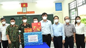 Senior leaders of HCMC visit Covid-19 hit people facing difficult circumstances