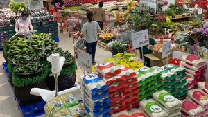 Surplus goods at Lotte Mart of District 7 to serve citizens. (Photo: SGGP)