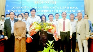 HCMC's leaders at the meeting with real estate enterprises. (Photo: SGGP)
