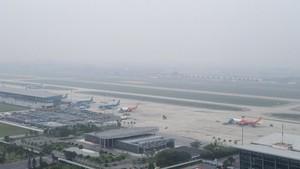 Dense fog covers Noi Bai Airport. (Photo: SGGP)