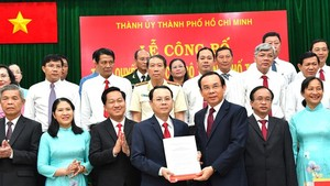 Secretary of the Party Committee of HCMC, Nguyen Van Nen (R) hands over the establishment decision of Thu Duc City Party Committee to Secretary of Thu Duc City Party Committee Mr. Nguyen Van Hieu