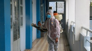 A worker is disinfecting Nguyen Du High School (Photo: SGGP)