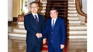 Chairman of the municipal People's Committee, Nguyen Thanh Phong (R) and  Ambassador Extraordinary and Plenipotentiary of Japan Yamada Takio. (Photo: SGGP)
