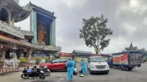 Health workers are cleaning and disinfecting Linh Phuoc (Ve Chai) Pagoda. (Photo: SGGP)