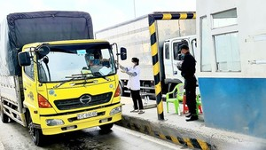 HCMC will not ask required permits of few vehicles to ensure uninterrupted transport of essential goods. (Photo: SGGP)