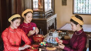 Vietnamese women in Hue's Ao dai