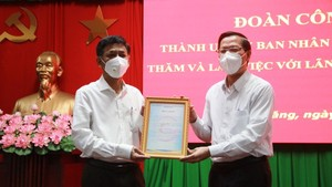 Chairman of the People's Committee of HCMC Phan Van Mai (R) hands over a letter of thanks to Soc Trang for the province's support to the city's Covid-19 fight. (Photo: SGGP)