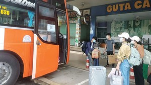 Passengers in the Eastern Bus Station  in HCMC (Photo: SGGP)