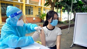 First students of the country general and HCMC particular get Covid-19 vaccine.