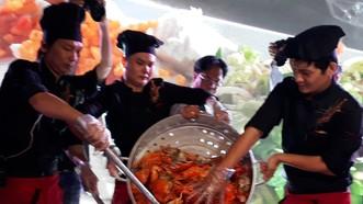 Các đầu bếp trình diễn chảo cua rang me khổng lồ tại Liên hoan ẩm thực diễn ra tại Cà Mau năm 2019