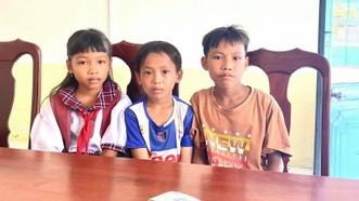 Ba em học sinh nhặt được tiền đem đến Công an xã Long Thạnh trả lại cho người đánh rơi. Ảnh: THẾ HẠNH