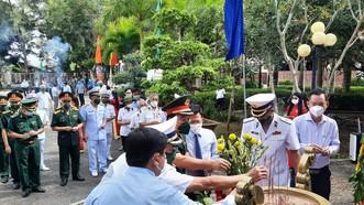 Dâng hương kỷ niệm 60 đường Hồ Chí Minh trên biển tại di tích quốc gia Bến Vàm Lũng.