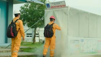 Thực hiện khử khuẩn trước khi vào công trình khí