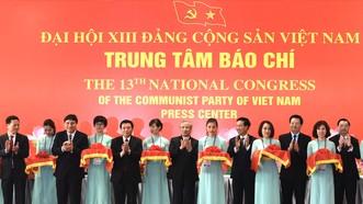 Các đồng chí lãnh đạo Trung tâm báo chí Đại hội XIII của Đảng. Ảnh: VIẾT CHUNG