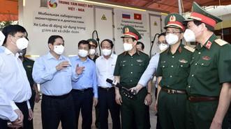 Thủ tướng Chính phủ Phạm Minh Chính thị sát công tác chống dịch tại Bắc Giang. Ảnh: VIẾT CHUNG