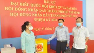 Chủ tịch HĐND TPHCM Nguyễn Thị Lệ kiểm tra việc chuẩn bị bầu cử tại TP Thủ Đức. Ảnh: CAO THĂNG