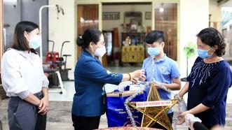 Chủ tịch HĐND TPHCM Nguyễn Thị Lệ thăm, động viên trẻ em mồ côi vì Covid-19