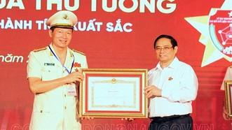 Đại tá Vũ Hồng Văn, Giám đốc Công an tỉnh Đồng Nai nhận Bằng khen của Thủ tướng Chính phủ. Nguồn: Báo Đồng Nai/ CACC
