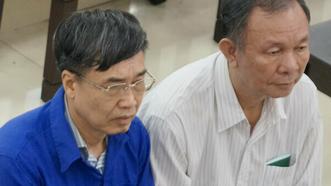 Hai nguyên Tổng Giám đốc Bảo hiểm xã hội Việt Nam Lê Bạch Hồng (áo xanh) và Nguyễn Huy Ban tại một phiên tòa xét xử