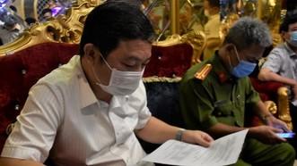 Phó Chủ tịch UBND TPHCM Dương Anh Đức cùng lực lượng chức năng kiểm tra giấy phép hoạt động của nhà hàng The King