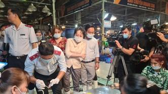 Đoàn kiểm tra thực hiện lấy mẫu test nhanh thực phẩm thủy sản