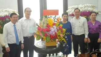 Chủ tịch UBND TPHCM Nguyễn Thành Phong thăm hỏi gia đình Giáo sư, Bác sĩ, Thầy thuốc Nhân dân Nguyễn Thiện Thành. Ảnh: CAO THĂNG
